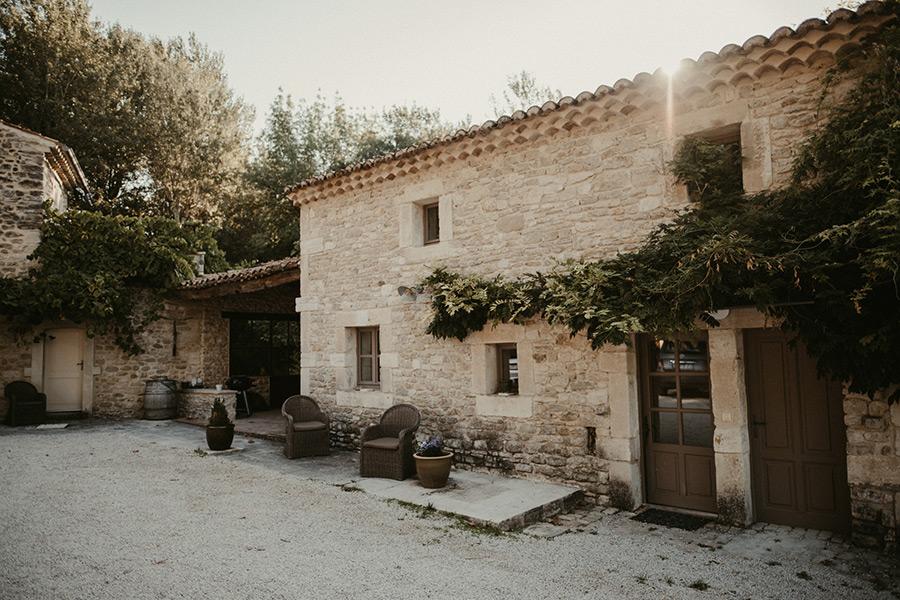 Préparation de la mariée en Provence pour un mariage de destination