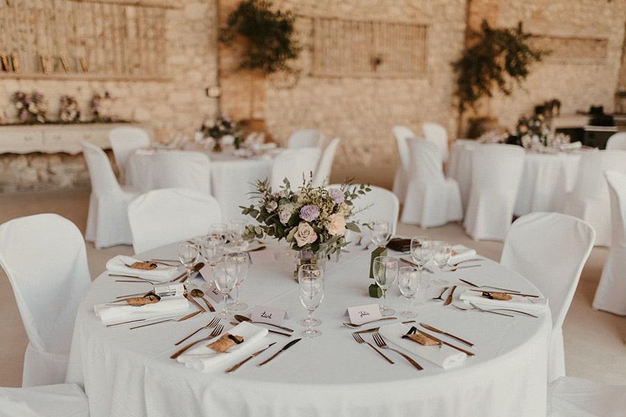 Décoration de mariage pour un dîner en Provence sous les oliviers