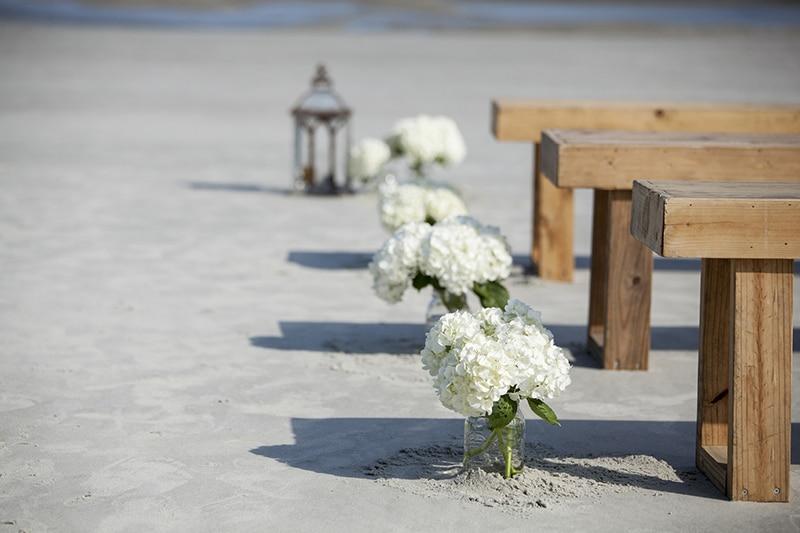 Cérémonie sur la plage les pieds dans le sable