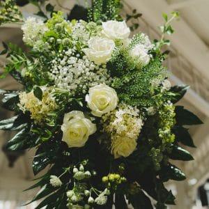 Décoration de gloriette avec fleurs blanches