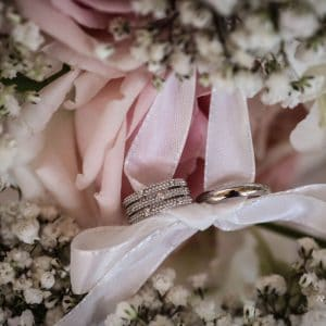 Alliances diamant avec bouquet de gypsophile