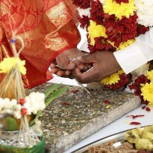 échange d'anneau en argent aux pieds de la mariée