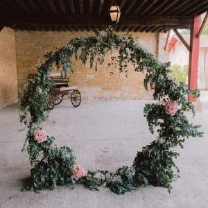 Arche ronde fleurie pour une cérémonie de mariage