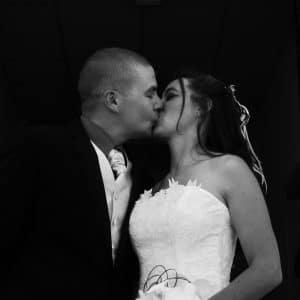 Baiser de jeunes mariés au Moulleau