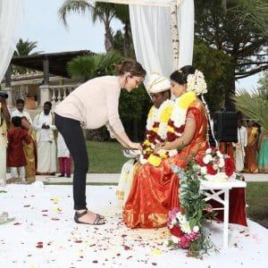 Bénédiction par la wedding planner NOCES DU MONDE pour un mariage indien à Cannes