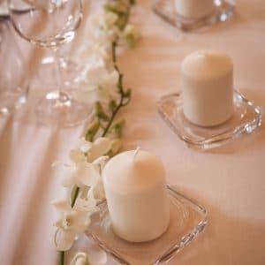 Chemin de table avec baby orchidée et bougies blanches