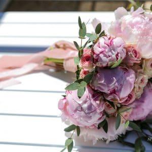 Bouquet de mariée tout en pivoines