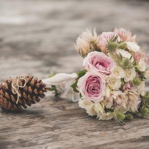 Bouquet de mariée avec alliances sur pomme de pin