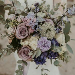 Bouquet de mariée violet, mauve, vert, ivoire pour mariée élégante
