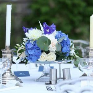 Centre de table bleu pourpre et blanc avec bougies pour mariage