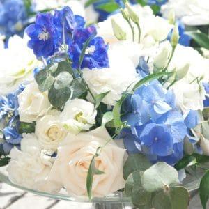 Centre de table bleu et blanc pour mariage romantique
