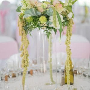 Centre de table avec vase haut et fleurs rose blanc et vert