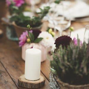 Bougie sur table avec petits bouquets fleuri romantique et bohème
