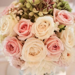 Bouquet de centre de table avec roses blanches et roses