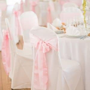 Housse de chaise blanche avec noeud de satin rose