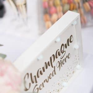 Champagnes et fraises pour cocktail de mariage
