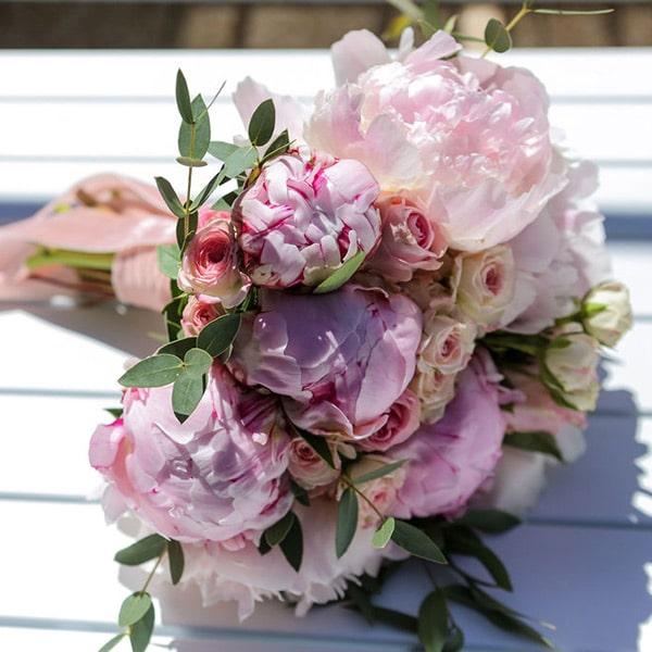 Bouquet de mariée romantique avec des pivoines