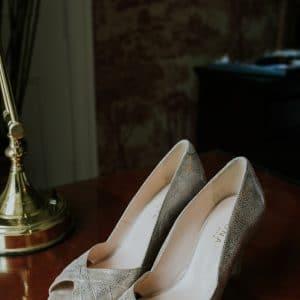 Chaussures de mariée blanches et pailletées
