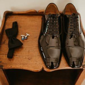 Chaussures de marié avec noeud papillon et boutons de manchette