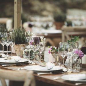 Chemin de table fleuri sur longues tables en bois