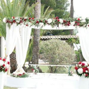 Houppa décorée de fleurs rouge et blanche pour cérémonie religieuse indienne
