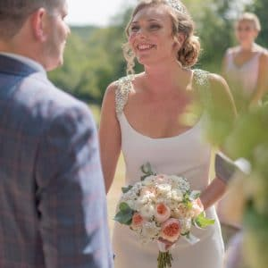 Couple heureux pendant la cérémonie de mariage
