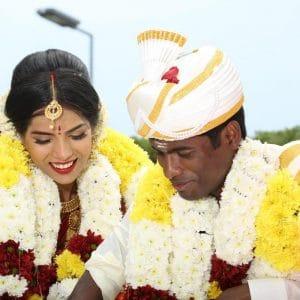 Couple heureux lors d'un mariage indien organisé sur la Côte d'Azur