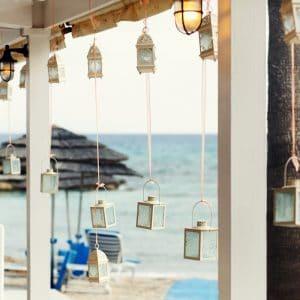 Lanternes et bougies pour mariage sur la plage