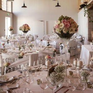 Centres de tables hauts avec roses et pivoines