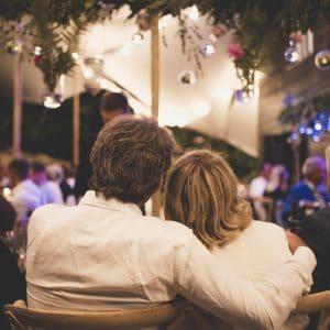 Couple amoureux lors d'un mariage bohème chic