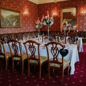 Dîner de mariage avec centres de table hauts
