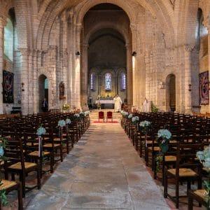 Eglise pour cérémonie de mariage avec bouquets de fleurs blanches