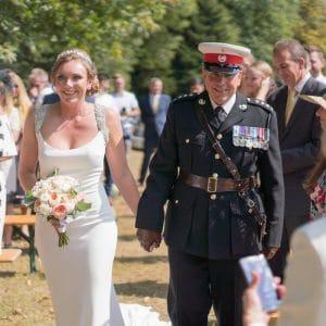 Entrée de la mariée avec son père militaire