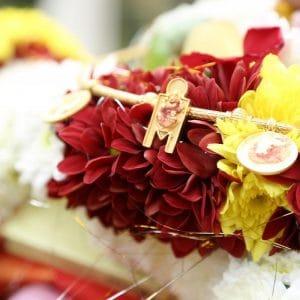 Cérémonie religieuse indienne avec fleurs fraiches