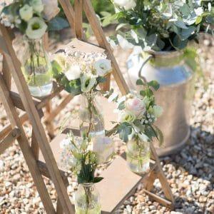 Fleurs blanches dans pot de lait pour décoration de mariage