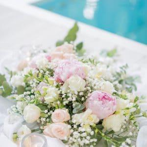 Composition fleurie rose et blanc avec gypsophile
