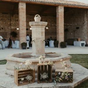 Jolie fontaine fleurie lors d'un mariage en Provence