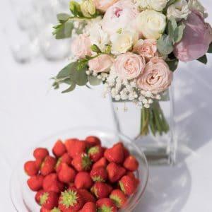 Champagne fleurs et fraises pour mariage à Paris