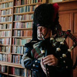 Joueur de cornemuse lors d'un mariage écossais