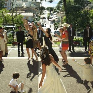 Lancer de bouquet de mariée à l'église du Moulleau