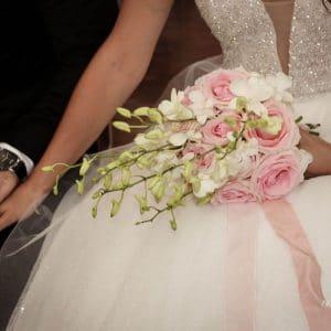 Main dans la main pour couple de mariés de Bordeaux