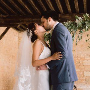 Baiser de mariage dans un château bordelais
