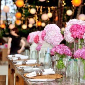 Chemin de table avec fleurs rose blush et pourpre
