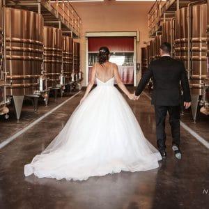 Mariés et séance photo dans les chais de Bordeaux
