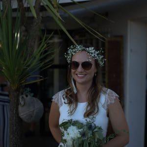 Mariée super cool avec lunettes de soleil