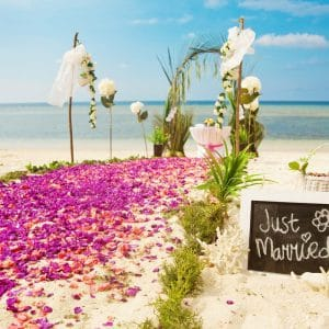 Cérémonie de mariage sur la plage avec fleurs