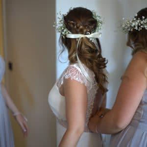 Habillage de la mariée et couronne de fleurs gypsophile