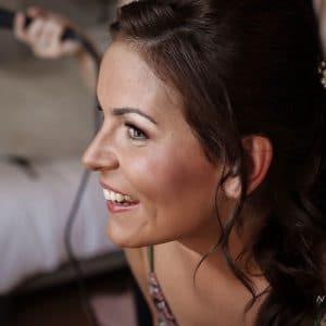 Jolie mariée après avoir été maquillée par une artiste maquilleuse