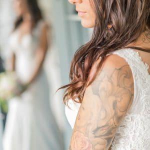 Mariée avec tatouage sur le bras