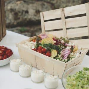 Panier de légumes bio lors d'un cocktail de mariage